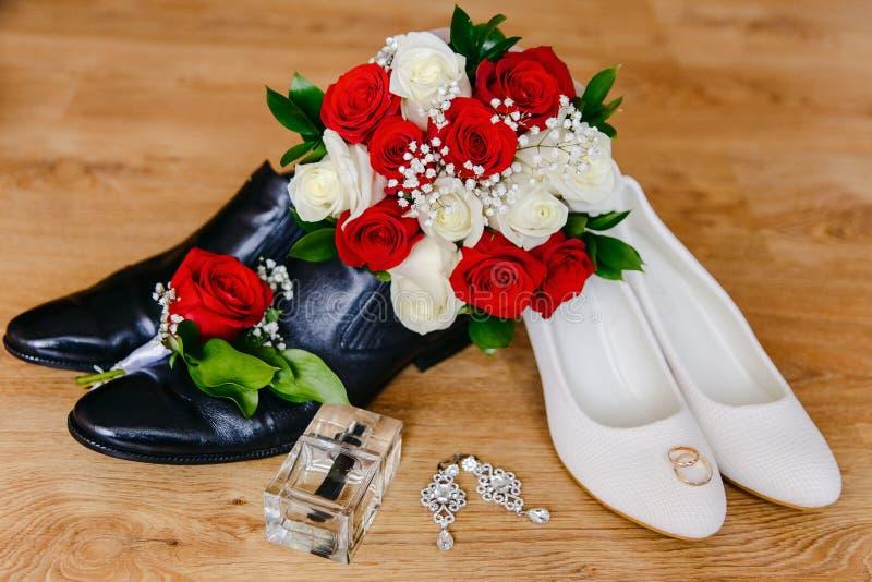 Schoenen van de bruid en de bruidegom en Bruids boeket royalty-vrije stock afbeeldingen