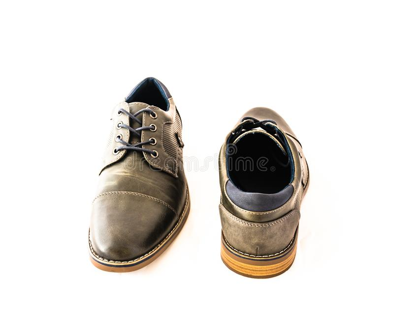 Schoenen van de de mensenkleding van het close-uppaar isoleren de gloednieuwe grijze op witte bedelaars stock fotografie