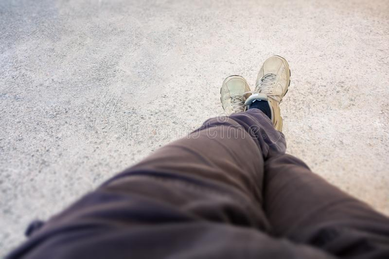 schoenen van een mens die een rust hebben royalty-vrije stock afbeelding