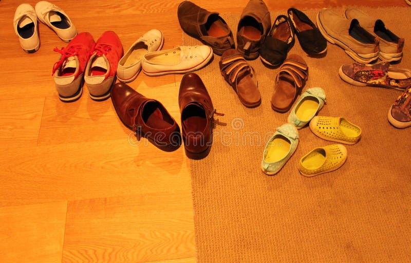 Schoenen Verlaten bij de Deur royalty-vrije stock afbeeldingen