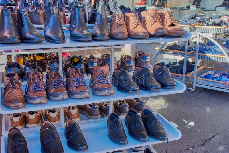 Schoenen voor een schoenopslag met de herfstinzameling voor mensen stock afbeelding