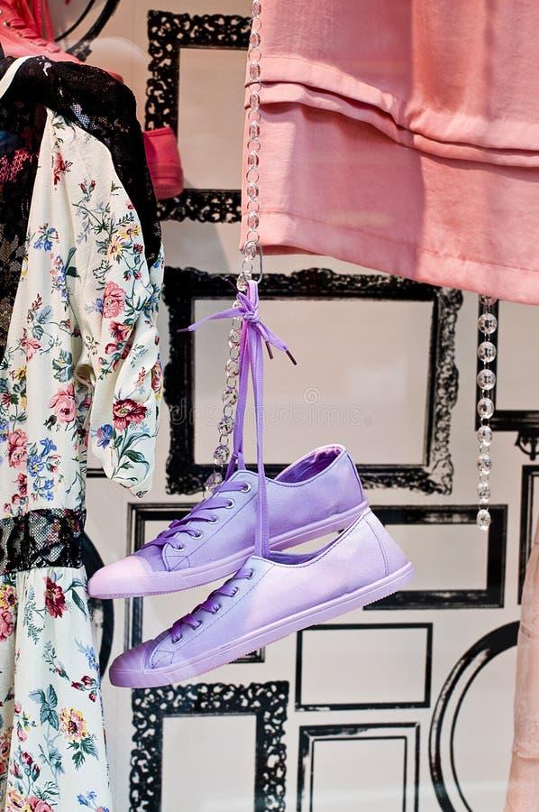 Schoenen in winkelvenster stock fotografie