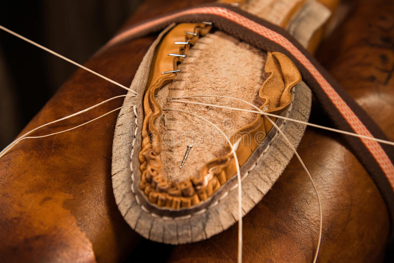 Schoenmakerszitting die in workshop schoenen maken royalty-vrije stock foto's