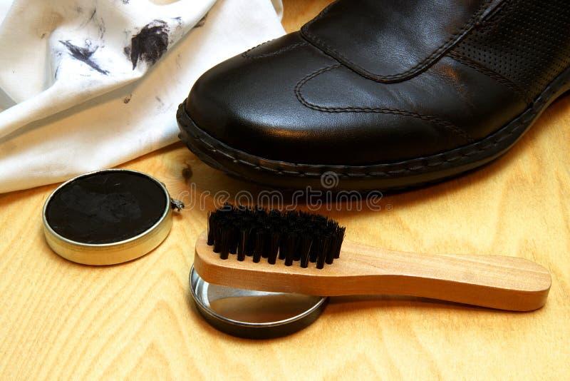Schoenzorg De mensen` s schoen met utensielien voor het schoonmaken stock fotografie