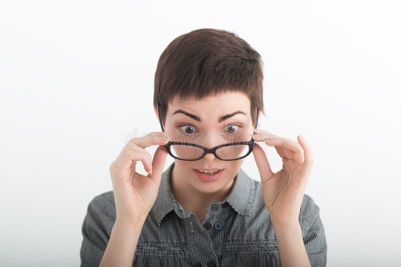 Schok en ongeloofconcept Verrast verbaasd meisje met brede open mond Verbaasd wijfje die zeer geschokt kijken gezichts stock foto's