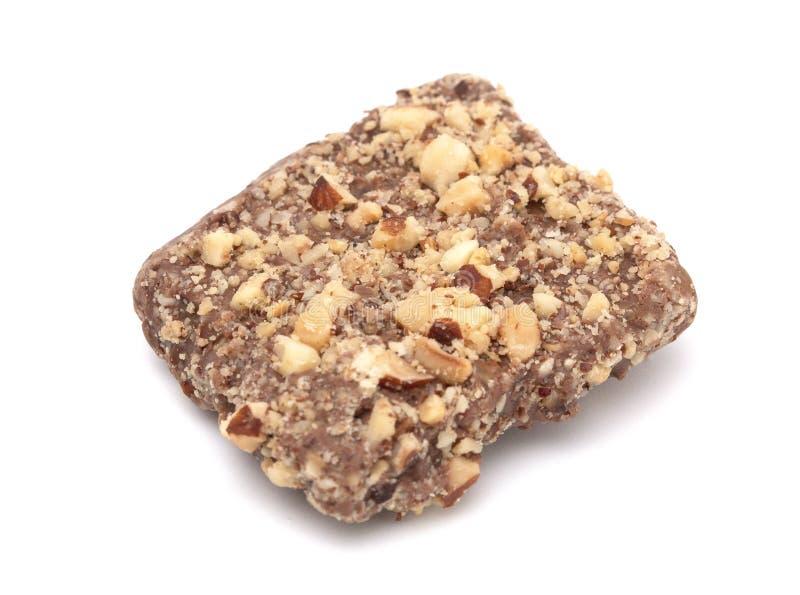 Schokolade bedeckte das englische Toffee, das in den Nüssen auf einem weißen Backg beschichtet wurde lizenzfreie stockfotografie