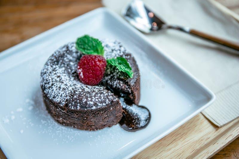 Schokolade lave und Himbeerfrucht- und -pfefferminzennachtisch im Kaffeecaf? lizenzfreie stockbilder