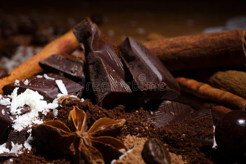 Schokolade mit Gewürzen lizenzfreie stockbilder