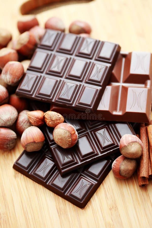 Schokolade mit Haselnüßen und Zimt lizenzfreies stockfoto