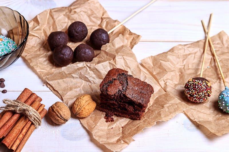 Schokolade popcakes Draufsicht machen Kuchen knallt die Herstellung Knall-Kuchen lizenzfreies stockfoto