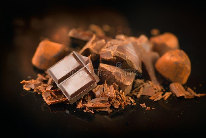 Schokolade Sortierte Schokoladenbonbons und -süßigkeiten über dunklem Hintergrund stockbild