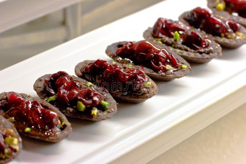Schokolade Tartlets mit Beeren, Kirschen und Nüssen lizenzfreies stockfoto