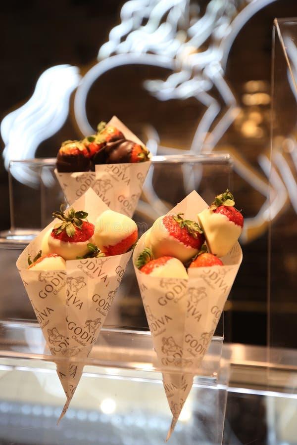 Schokolade tauchte Erdbeeren durch Godiva auf Anzeige in Macy's Herald Square ein lizenzfreie stockbilder