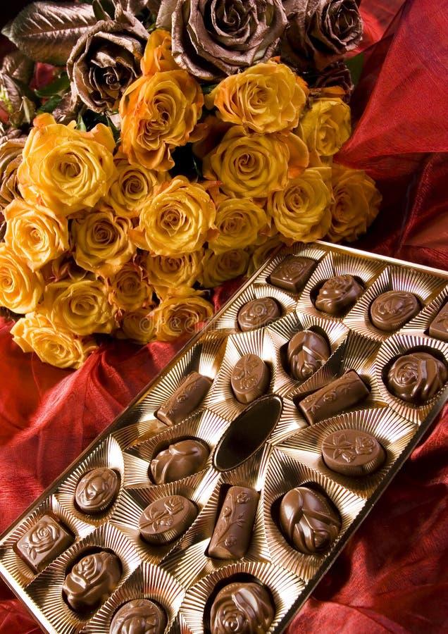 Schokolade u. Rosen lizenzfreie stockfotografie