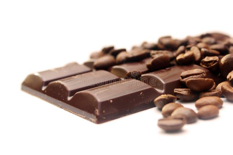 Schokolade und Kaffeebohnen stockfoto