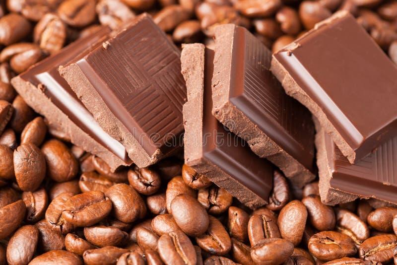 Schokolade und Kaffeebohnen lizenzfreie stockfotografie