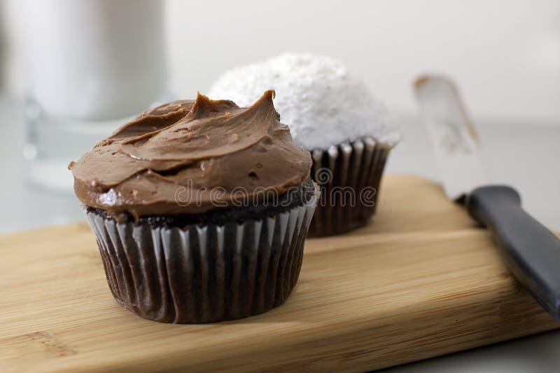 Schokolade und weiße kleine Kuchen mit Glas Milch lizenzfreie stockfotos