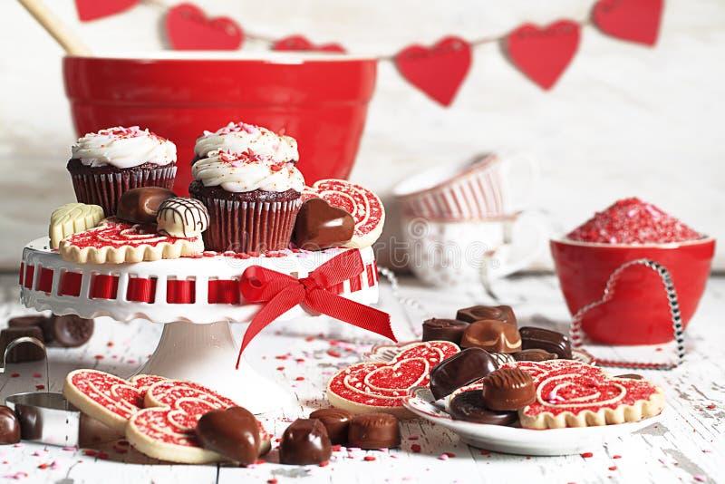 Schokolade Valentine Cupcakes, Plätzchen und Schokoladen lizenzfreies stockbild