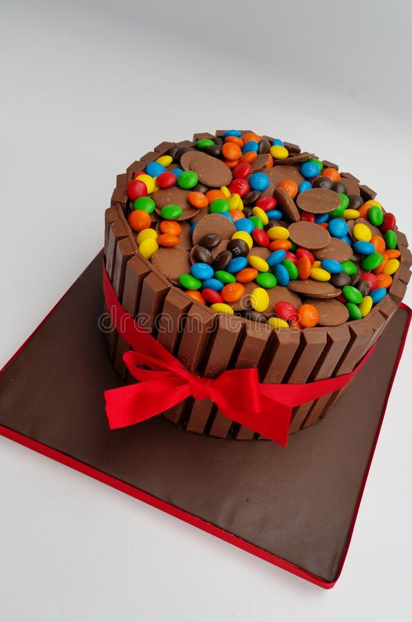 Schokoladenüberlastungskuchen mit Alleswissern, M&M-` s und Schokoladenknöpfen - Ausrüstung kat-Kuchen stockfotos