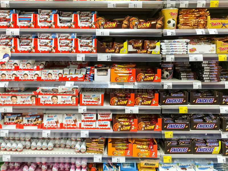 schokoladen bonbons f r verkauf auf supermarkt regal redaktionelles stockfoto bild von aroma. Black Bedroom Furniture Sets. Home Design Ideas