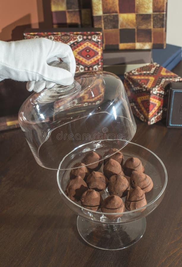 Schokoladen in einem luxuriösen Glasteller lizenzfreie stockfotos