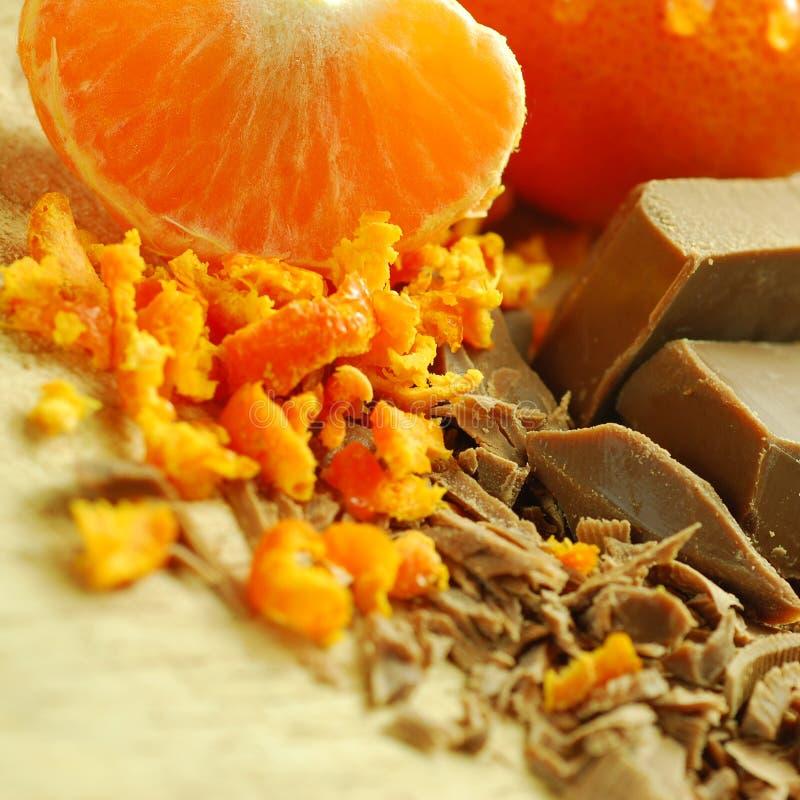 Schokoladen-Flocken und Orange stockfotografie