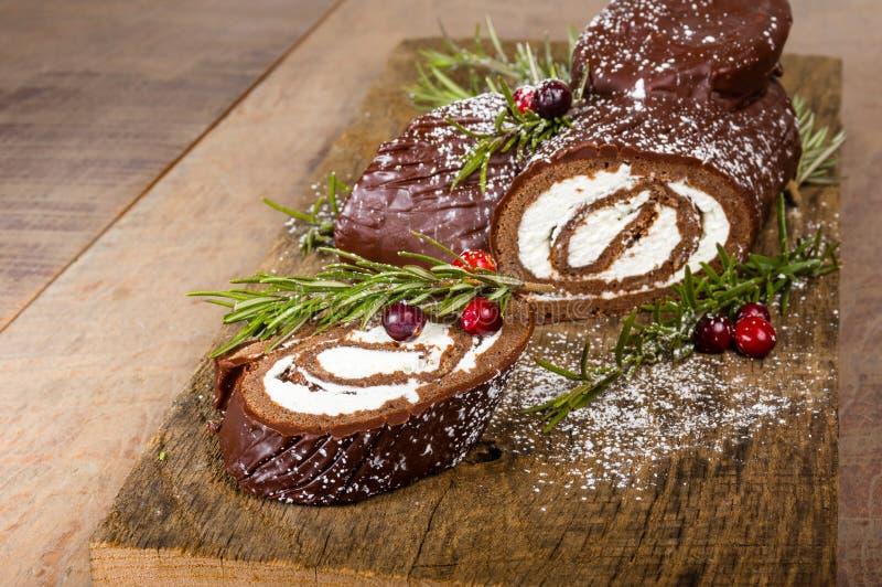 Schokoladen-Julblock mit Moosbeeren lizenzfreie stockfotografie