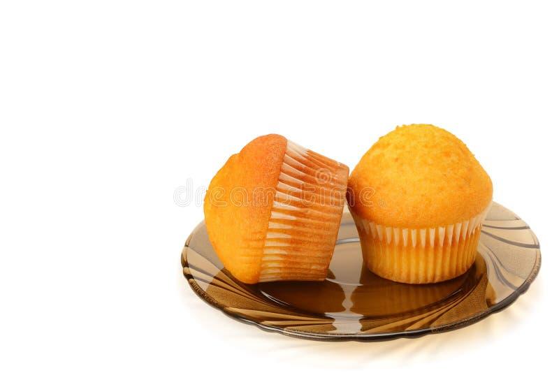 Schokoladen-kleine Kuchen lokalisiert auf weißem Hintergrund lizenzfreie stockfotos