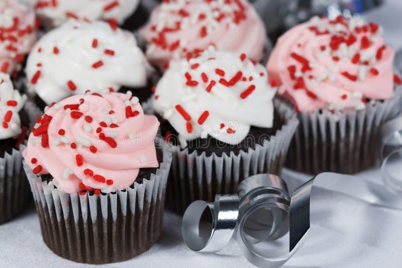 Schokoladen-kleine Kuchen spritzt lizenzfreie stockfotografie