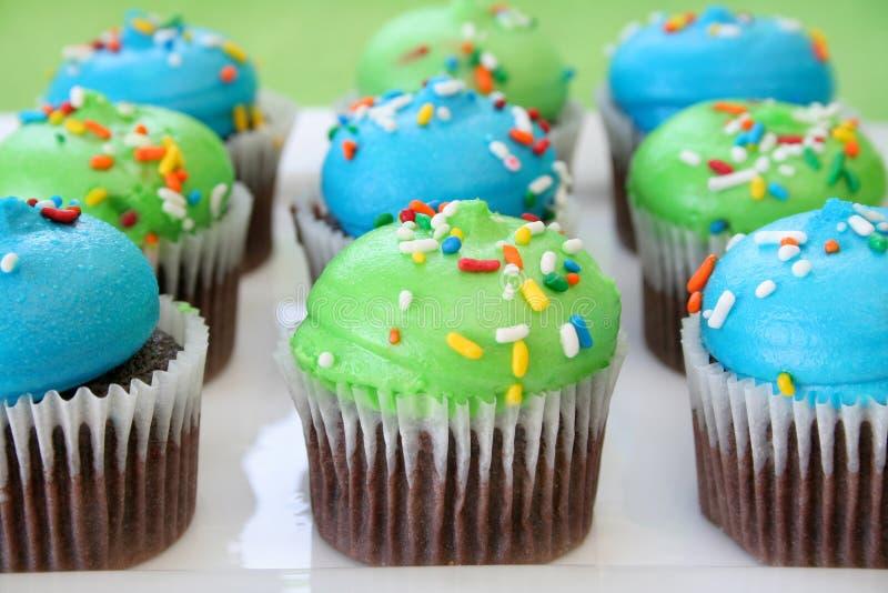 Schokoladen-kleine Kuchen und buntes Bereifen lizenzfreies stockbild