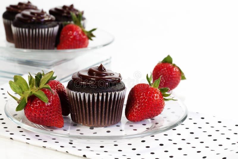 Schokoladen-kleine Kuchen und Erdbeeren stockbilder