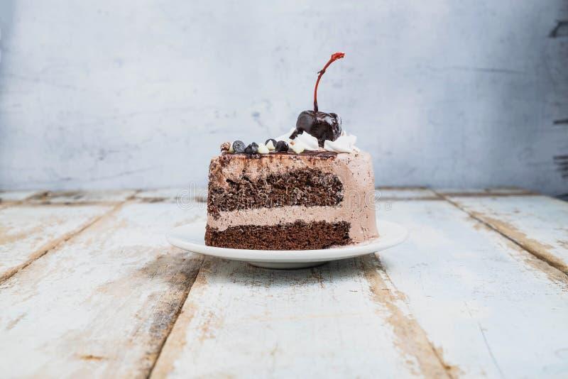 Schokoladen-Kuchen auf hölzernem hinterem Boden stockfotografie