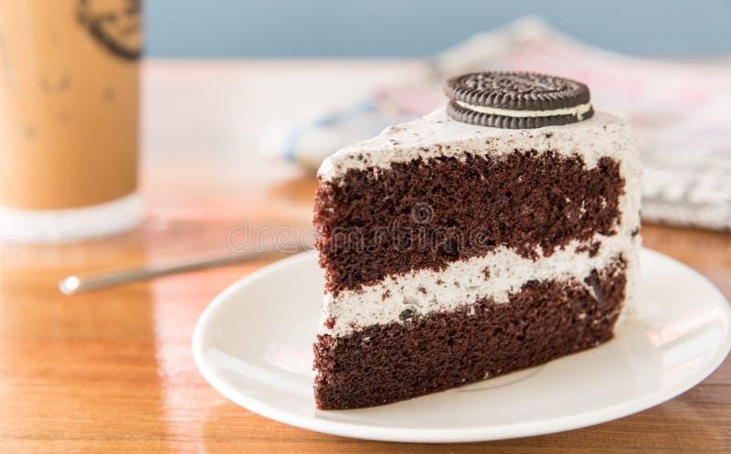 Schokoladen-Kuchen mit oreo und Schlagsahne auf weißer Platte und wo stockbilder