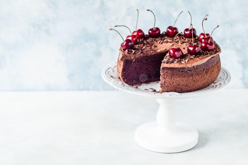 Schokoladen-Kuchen mit s??en Kirschen lizenzfreies stockfoto