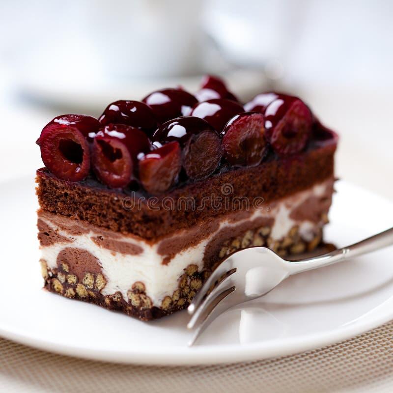 Schokoladen-Kuchen mit Sauerkirschen lizenzfreie stockfotografie