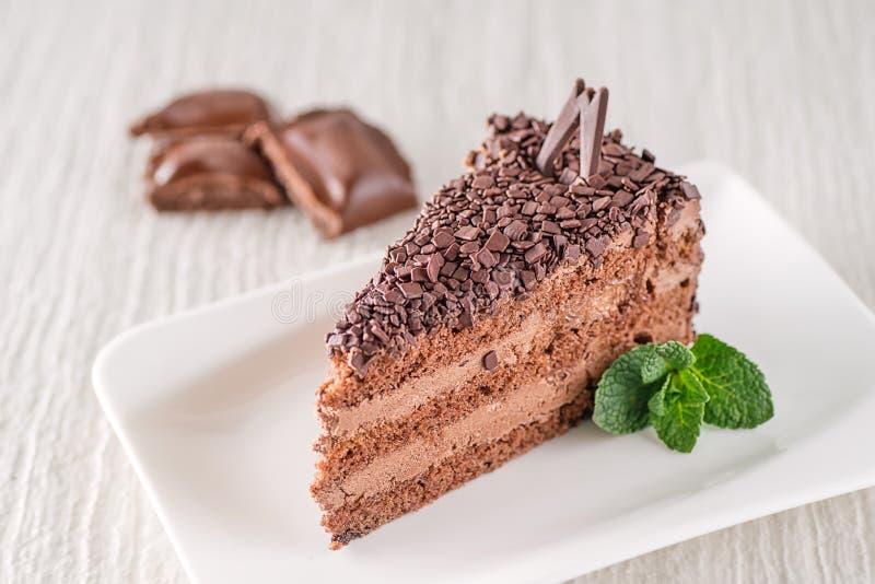 Schokoladen- oder Kaffeesahnekuchen auf weißer Platte mit tadellosem Blatt, freier Kuchen des Glutens, Produktfotografie für Kond lizenzfreies stockbild