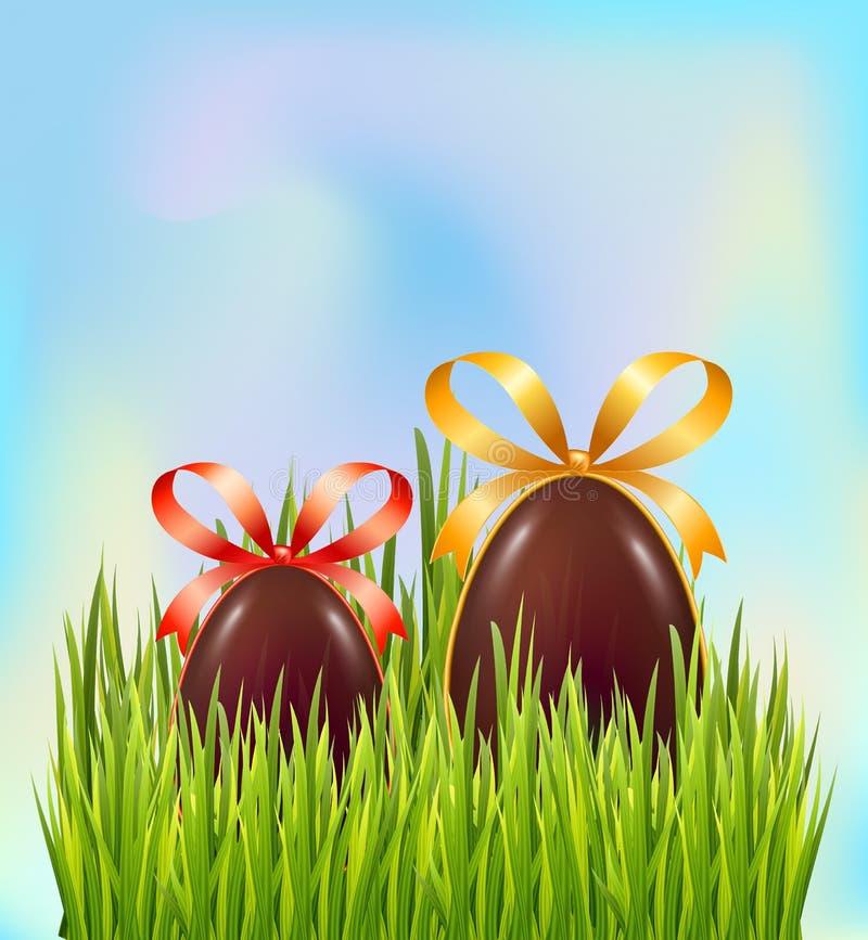 Schokoladen-Ostereier versteckt im grünen Gras auf Himmelhintergrund Grußkarten-Dekorationselemente mit Bogen und Band lizenzfreie abbildung