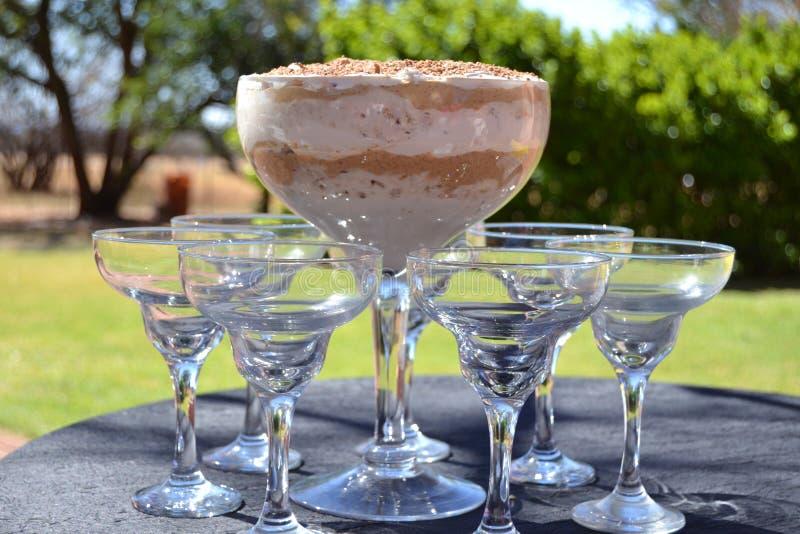 Schokoladen-Pfefferminz-Eisdessert in der Glasschüssel lizenzfreie stockbilder