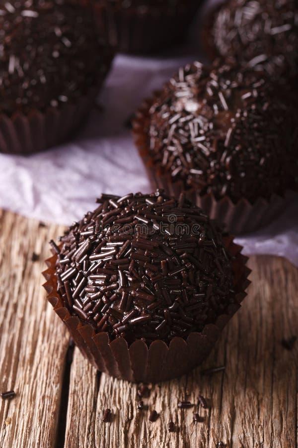 Schokoladen-Trüffel-Bonbonmakro auf dem Tisch vertikal lizenzfreie stockfotografie
