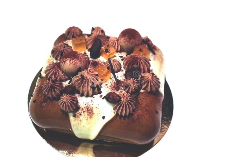 Schokoladen- und Cremekremeiskuchen mit orange Geleewürfeln stockbild