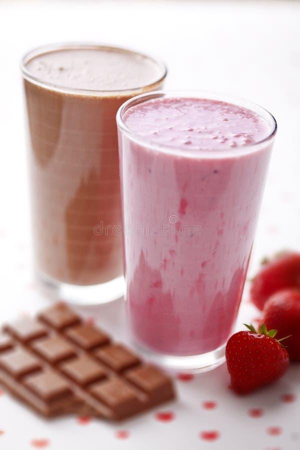Schokoladen- und Erdbeeremilchshake stockfotos