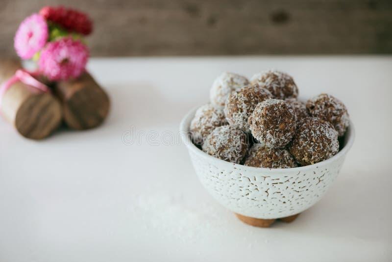 Schokoladen- und Kokosnusskugeln stockfotos