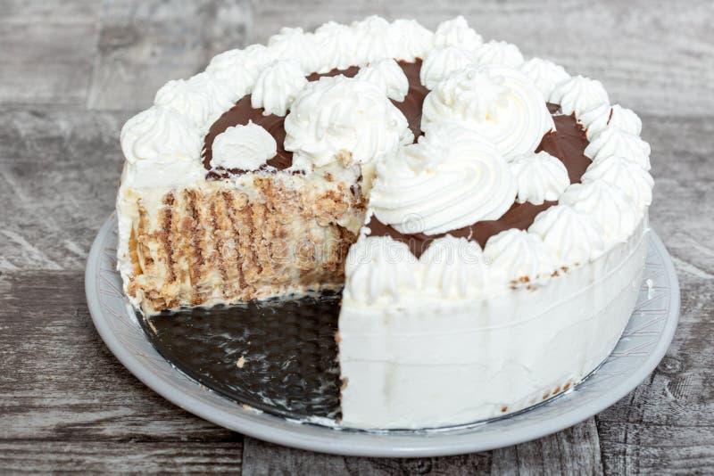 Schokoladen-und Whiped-Creme-Kuchen lizenzfreie stockbilder
