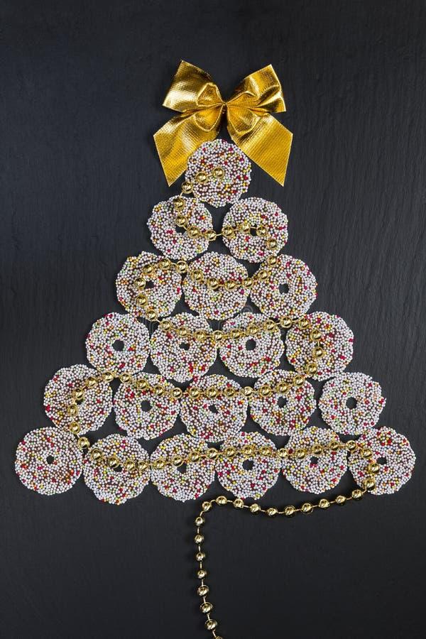 Schokoladen-Weihnachtsbaum auf Schwarzem stockfotos
