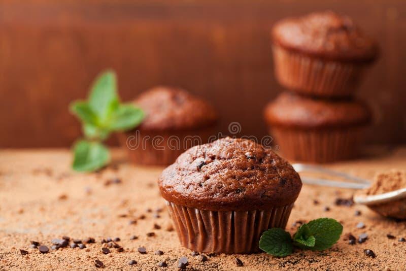 Schokoladenbananenmuffin auf hölzernem rustikalem Hintergrund Köstliche selbst gemachte Bäckerei stockfoto