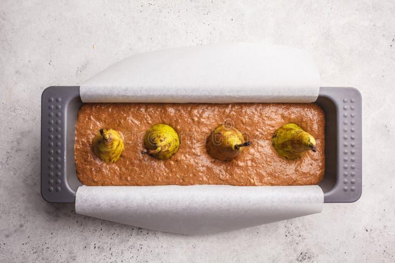 Schokoladenbirnenkuchen in der Backform, Draufsicht stockfotos