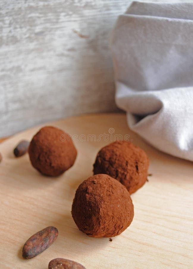 Schokoladenbisse auf hölzerne Löffel stockfotos