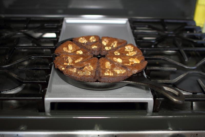 Schokoladenblättern mit Walnüssen, gebacken in einer gusseisernen Keilschale stockbilder