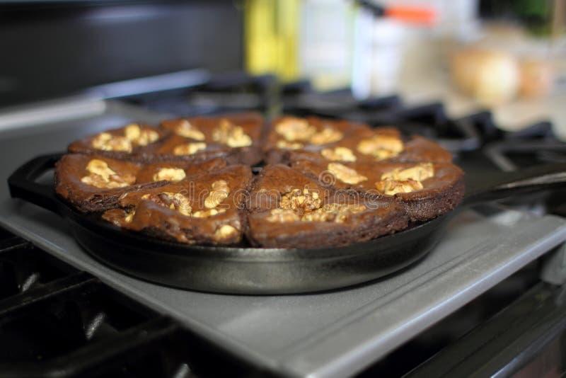 Schokoladenblättern mit Walnüssen, gebacken in einer gusseisernen Keilschale stockfoto