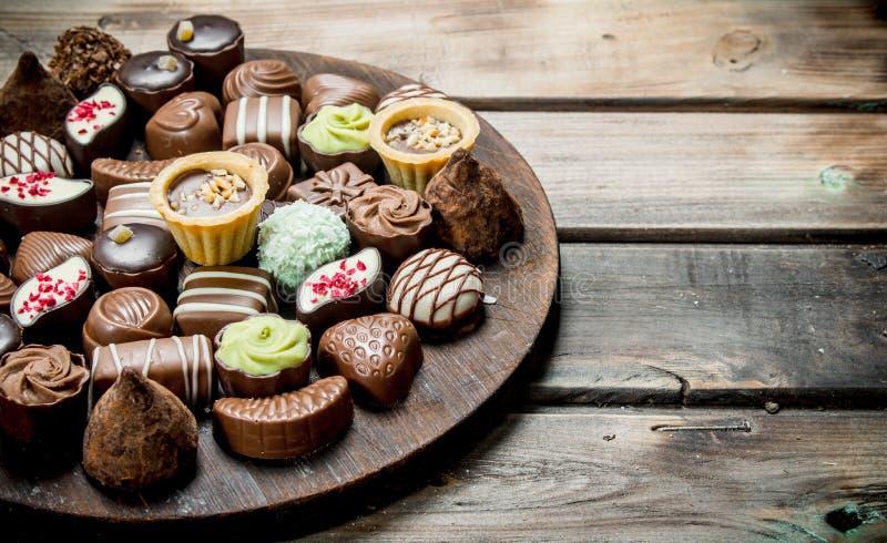 Schokoladenbonbons auf einem hölzernen Brett lizenzfreies stockbild